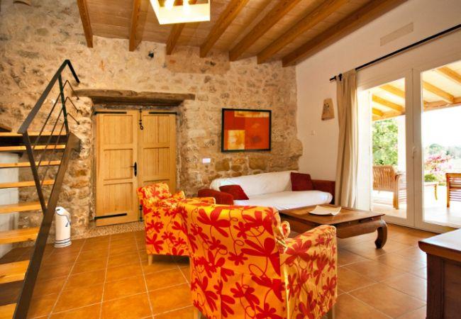 Salón con sofás y vistas a la terraza y piscina