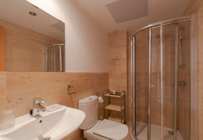 Baño con ducha en la planta superior