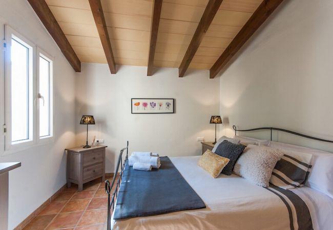 Dormitorio doble con bonitas sábanas y toallas preparadas para el cliente