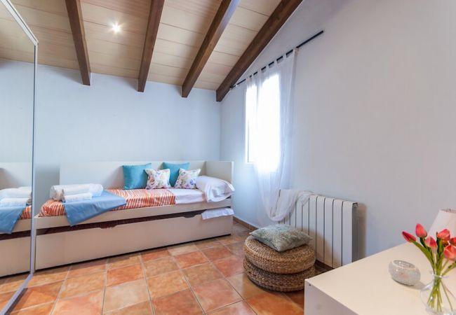 Cama nido y armario en dormitorio doble