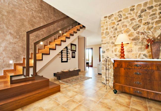 Escaleras y entrada