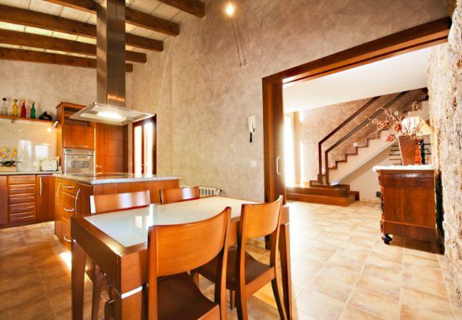 Cocina con mesa y entrada abierta