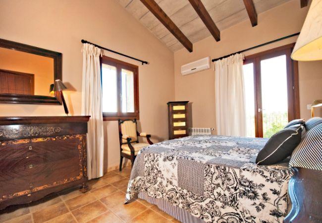 Habitación con aire acondicionado y balcón