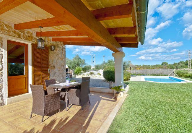 Terraza cubierta con sofás y vistas