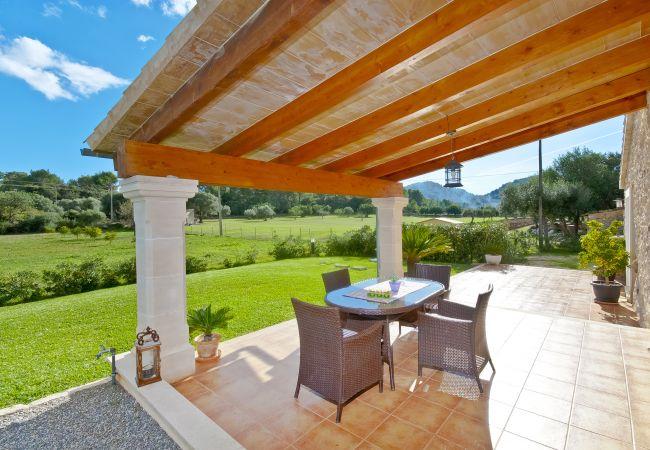 Mesa en la terraza cubierta de la finca