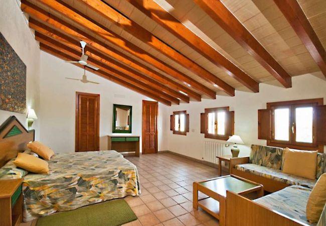 Dormitorio principal con sofás y cama de matrimonio