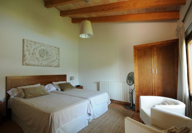 Dormitorio doble con armario y butacas