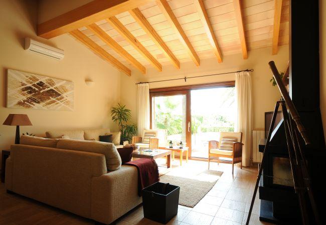 Salón con aire acondicionado y televisión satélite
