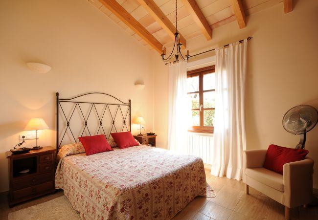 Dormitorio doble con radiador y ventilador