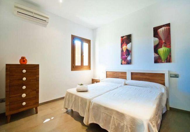 Dormitorio para 2 con sábanas y toallas