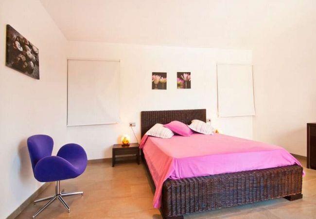 Habitación con cama doble y estores