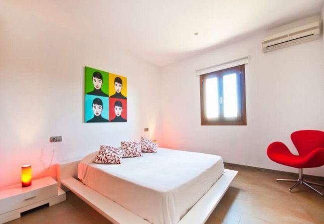 Habitación doble con aire acondicionado y sábanas