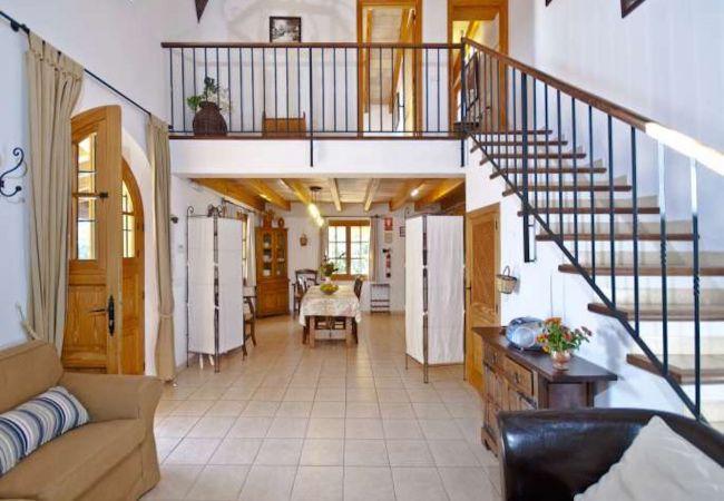 Amplio salón con sofás y escaleras