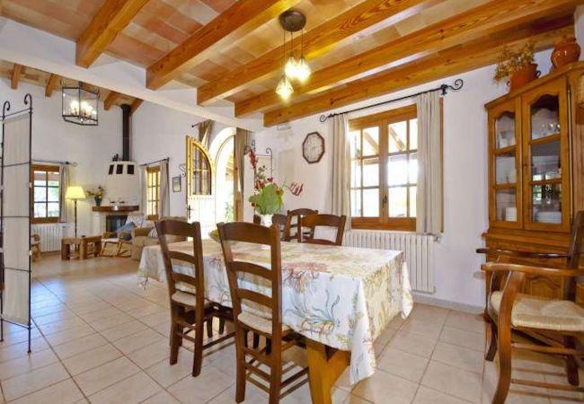 Comedor con mesa y acceso al salón