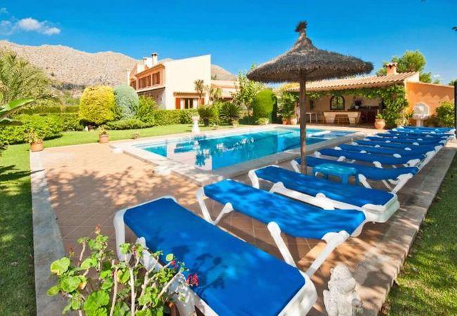 Tumbonas, piscina, fachada y barbacoa