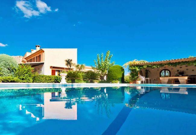 Barbacoa, piscina y fachada en Pollensa