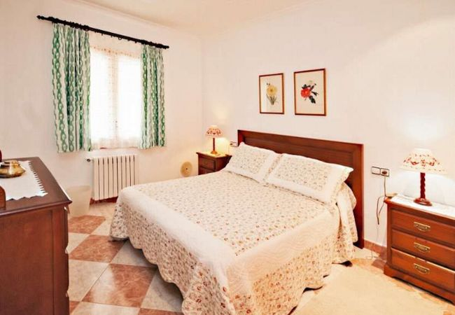 Habitación con cómoda para la ropa y cama