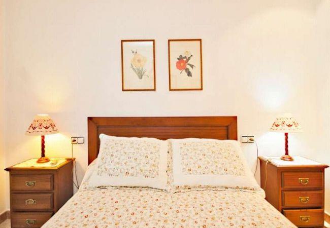 Habitación con cama de matrimonio en Villa Rosaleda