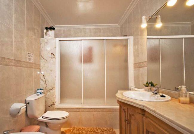 Baño completo con bañera y lavabo