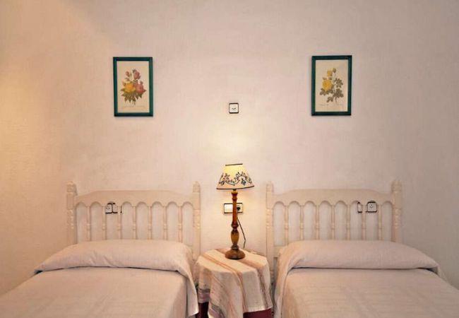 Dormitorio sencillo con mesita de noche