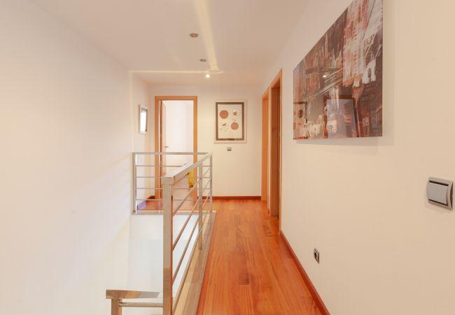 Pasillo con acceso a las habitaciones en la planta superior