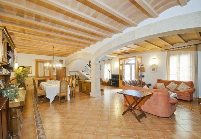 Gran salón comedor con sofás y mesa