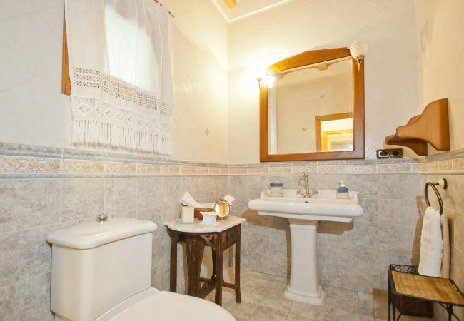 Baño con lavabo y wc