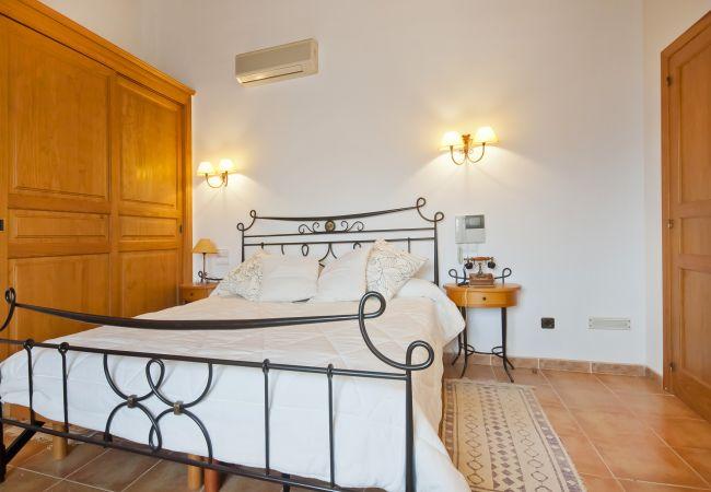 Habitación con cama de matrimonio y aire acondicionado