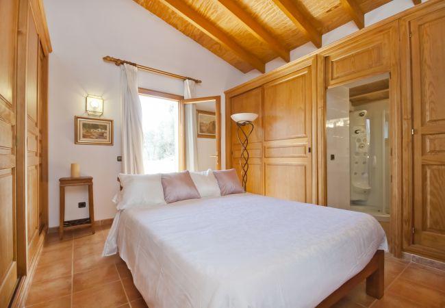 Habitación con cama de matrimonio y baño en suite