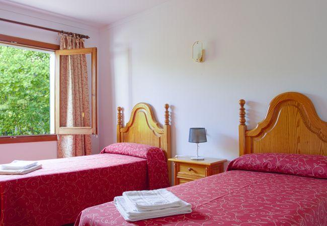 Habitación con 2 camas individuales con sábanas y toallas
