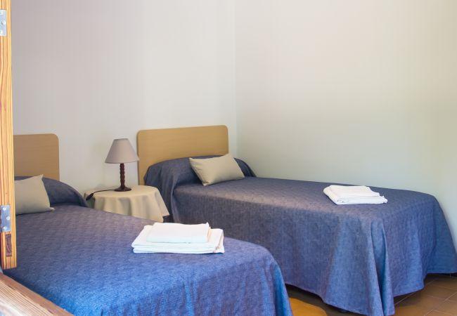Habitación para 2 personas con sábanas y toallas
