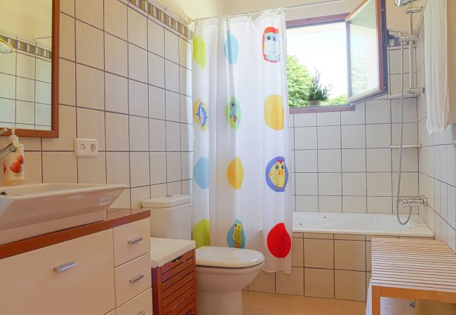 Baño con bañera y mango de ducha