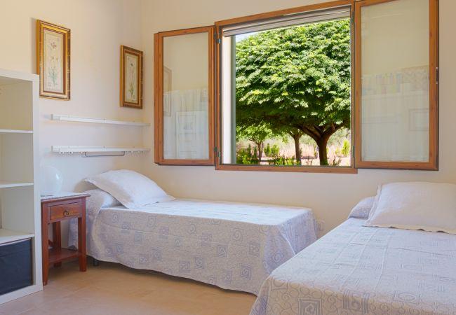 Dormitorio con 2 camas individuales y ventanal