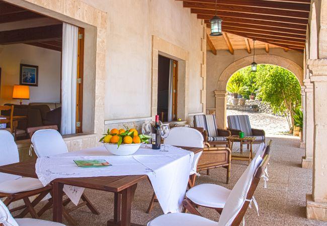 Terraza con mesa para comer al aire libre y refugiados del sol
