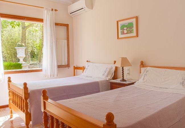 Habitación con dos camas y aire acondicionado