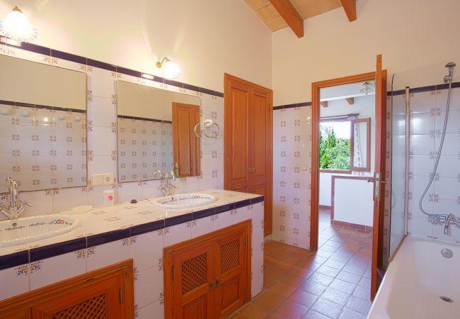 Cuarto de baño con bañera y 2 lavabos