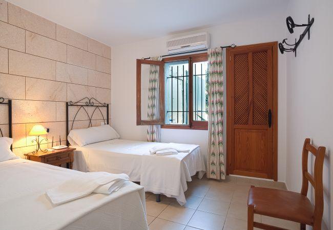 Dormitorio doble con dos camas individuales y acceso al exterior