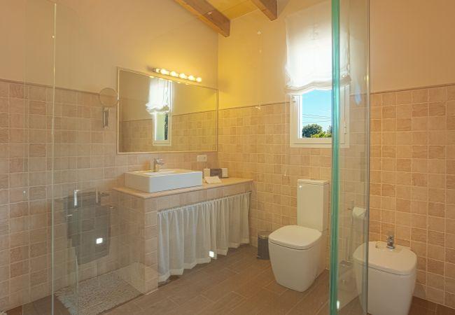 Cuarto de baño con gran espejo y moderno WC