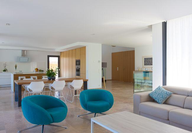 Geräumiges und modernes Wohnzimmer mit Küche