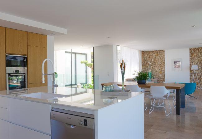 Ausgestattete und eingerichtete Küche mit Wohnzimmer