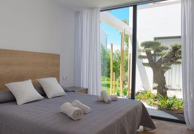Schönes Schlafzimmer mit Blick auf den bescheidenen Garten