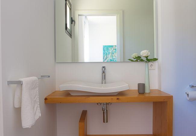 Waschbecken und Badezimmerspiegel en suite