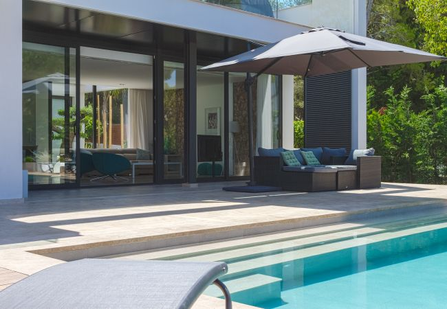 Porch mit Zugang zum Wohnzimmer und Blick auf den Pool