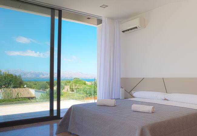 Schlafzimmer mit eigener Terrasse mit Blick auf das Meer von Alcudia