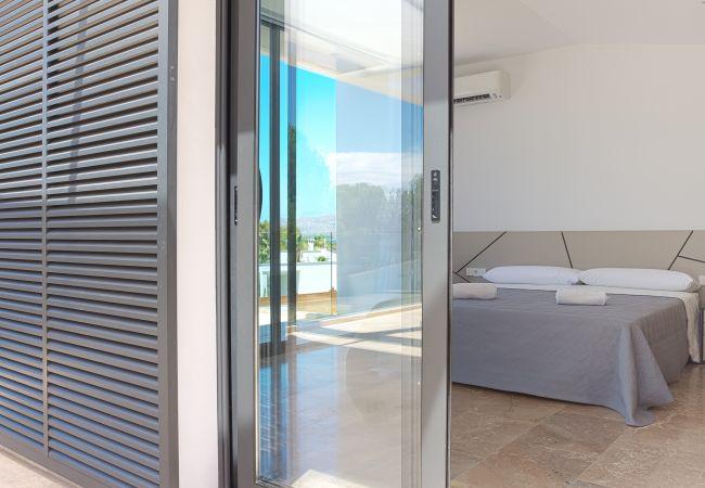 Blick auf das Schlafzimmer mit Klimaanlage von der Terrasse