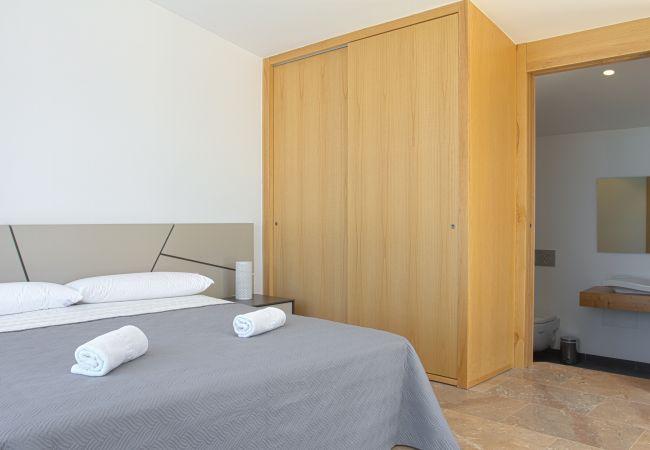 Schlafzimmer mit eigenem Bad und großem Holzschrank