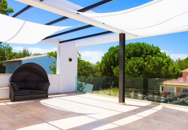 Terrasse im ersten Stock mit beweglichen Sonnenschirmen