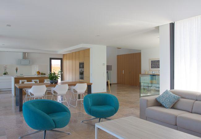 Geräumiges Wohnzimmer mit modernen Möbeln