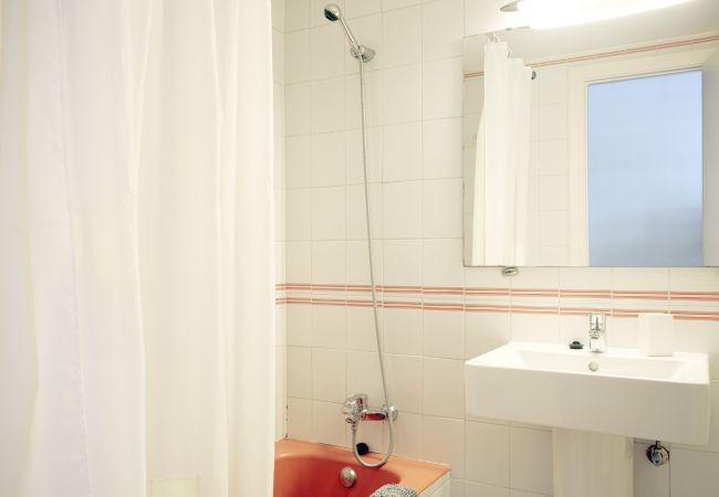 Badezimmer mit Badewanne, Waschbecken und Spiegel