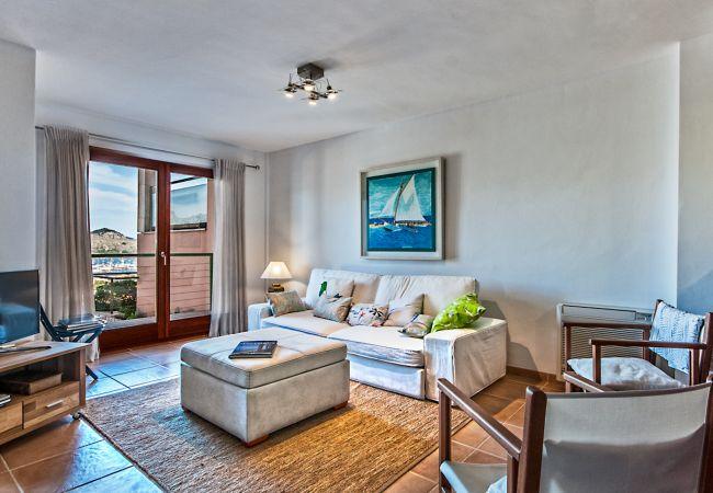 Schönes und helles möbliertes Wohnzimmer mit Terrasse